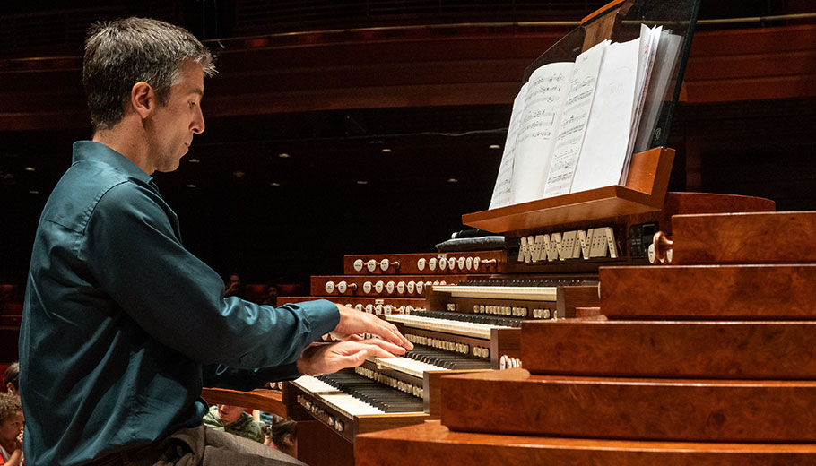a man plays the Organ on stage in Verizon hall at the Kimmel Center
